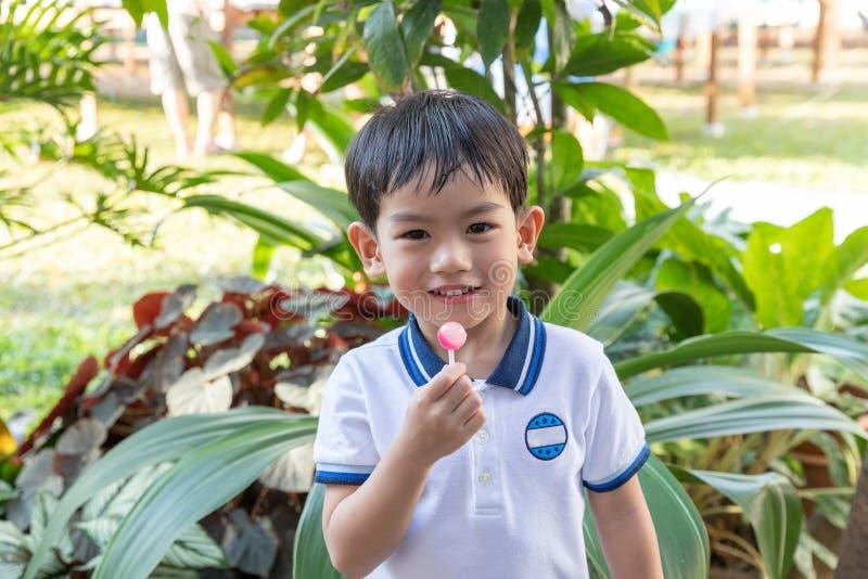 Sluit omhoog jonge Aziatische jongen die een lolly eten royalty-vrije stock afbeelding