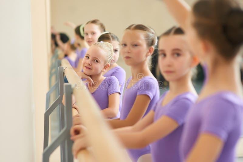 Sluit omhoog jonge ballerina's bij balletstudio royalty-vrije stock afbeeldingen