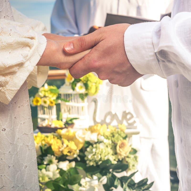 Sluit omhoog jonggehuwdenpaar in huwelijk, huwelijksceremonie in Ubud royalty-vrije stock foto's