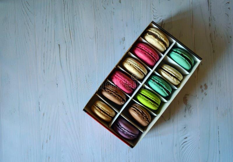 Sluit omhoog kleurrijk macaronsdessert in doos stock afbeeldingen