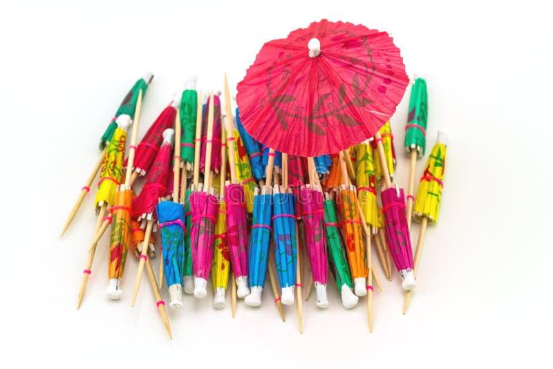 Sluit omhoog kleurrijk van vele cocktailparaplu's op witte backgrou stock afbeeldingen