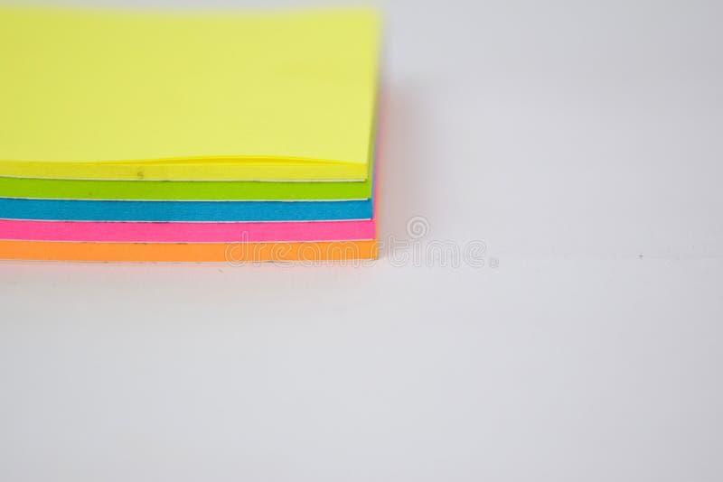 Sluit omhoog kleurrijke kleverige die nota's op witte achtergrond worden ge?soleerd royalty-vrije stock foto