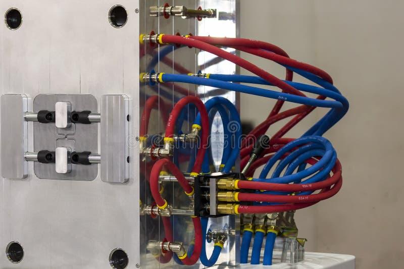 Sluit omhoog koelsysteem of waterslang van plastic injectievorm voor massaproduktie productieproces voor het industriële werk stock foto