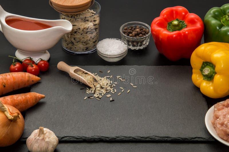 Sluit omhoog Kokend Diner Ingrediënten voor het roosteren van gevulde groene paprika's Zwarte achtergrond royalty-vrije stock fotografie