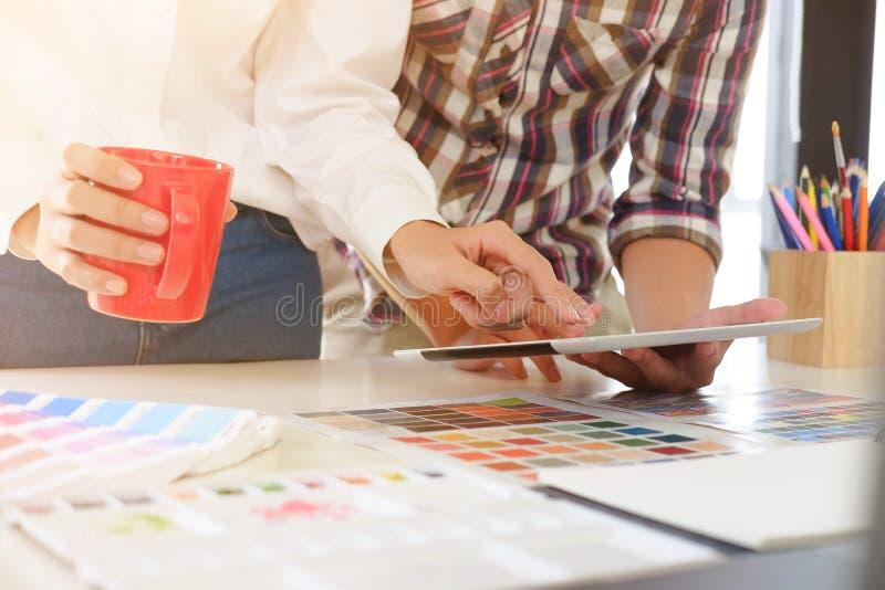 Sluit omhoog kunstenaarsvergadering met tablet royalty-vrije stock afbeelding