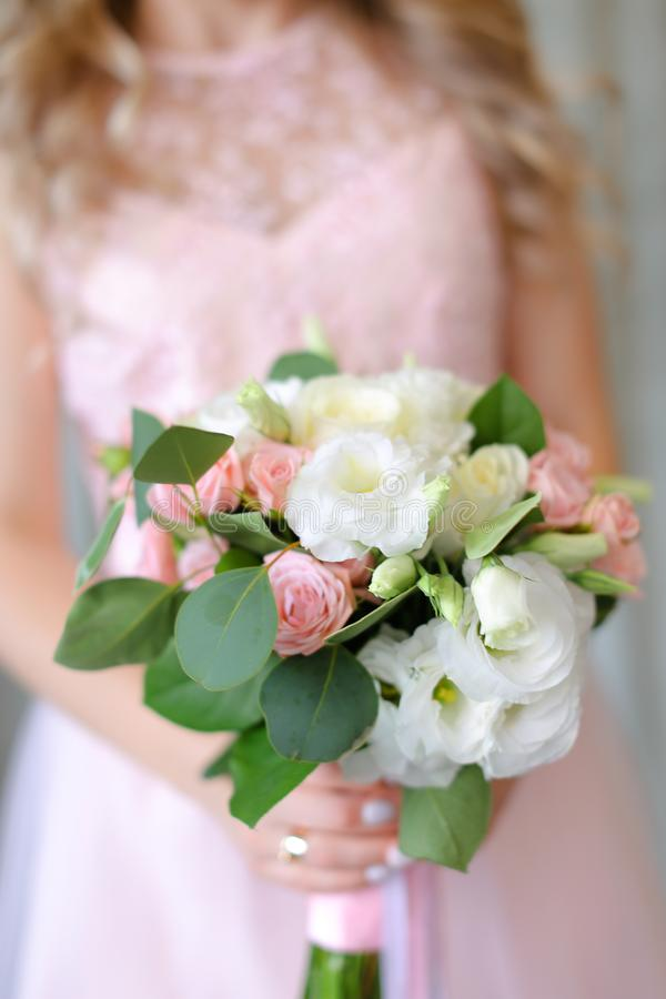 Sluit omhoog leuk boeket van bloemen op lichtrose kledingsachtergrond royalty-vrije stock foto's