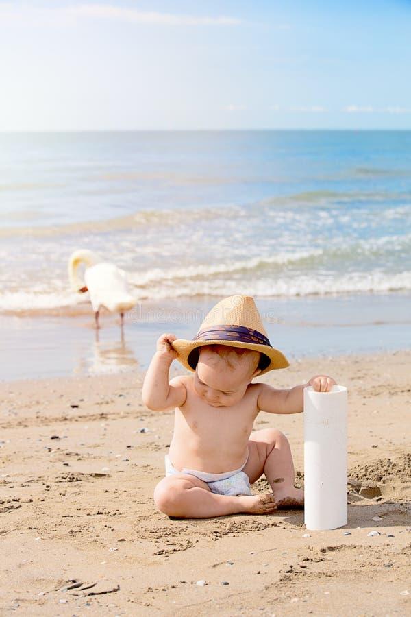 Sluit omhoog leuk portret van weinig jongen die op het strand spelen stock foto