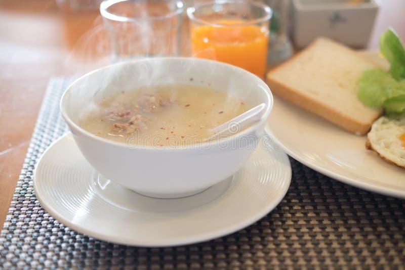 Sluit omhoog maïsmeelpap of gekookte rijst in witte kom, ochtendontbijt royalty-vrije stock foto