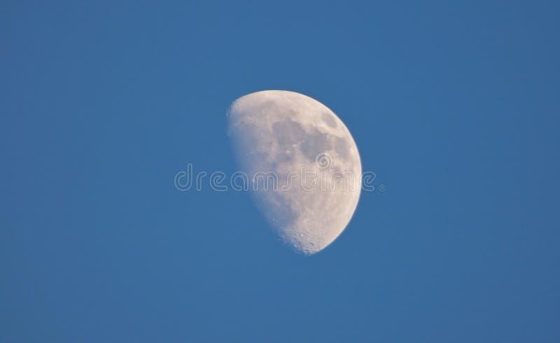 Sluit omhoog Maan met Blauwe Hemel - het UK stock afbeeldingen