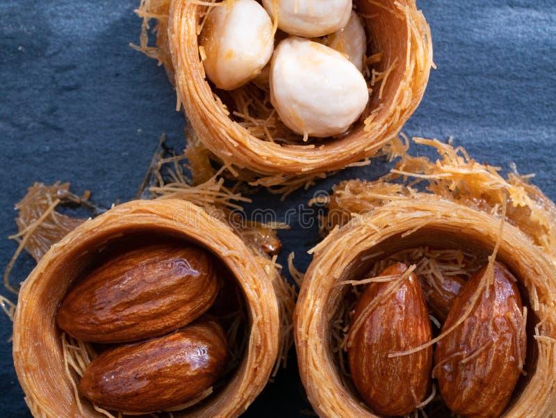 sluit omhoog macro van Turkse baklava drie met noten royalty-vrije stock afbeelding