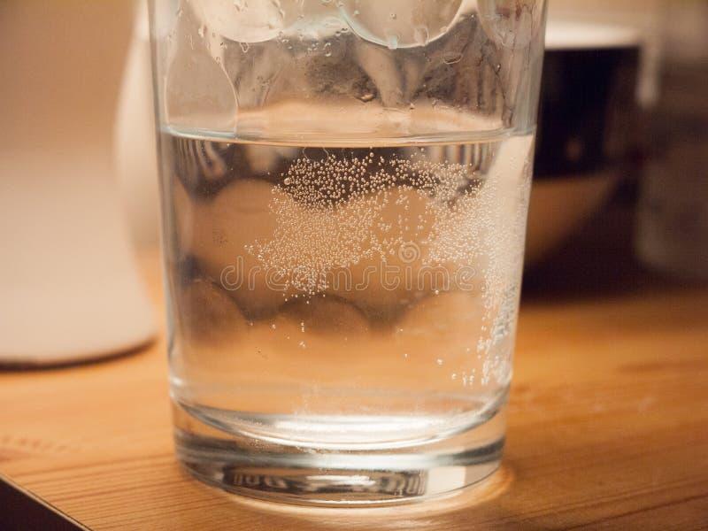 sluit omhoog macrotextuurbellen op glas van waterbureau stock fotografie