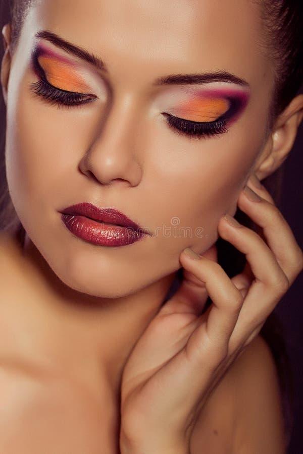 Sluit omhoog manierportret Het model schieten Make-up en Kapsel stock foto