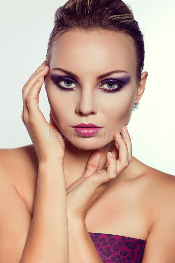 Sluit omhoog manierportret Het model schieten Purpere make-up stock fotografie