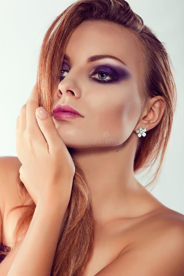 Sluit omhoog manierportret Het model schieten Purpere make-up stock afbeelding