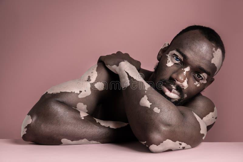 Sluit omhoog manierportret van een mannelijk model royalty-vrije stock fotografie