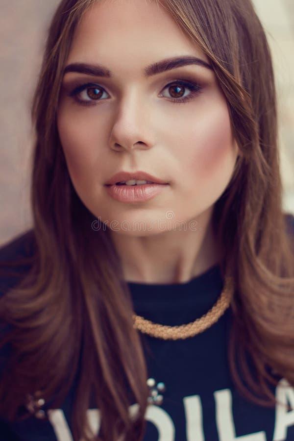 Sluit omhoog manierportret van jonge mooie vrouw Modelshooti royalty-vrije stock foto's