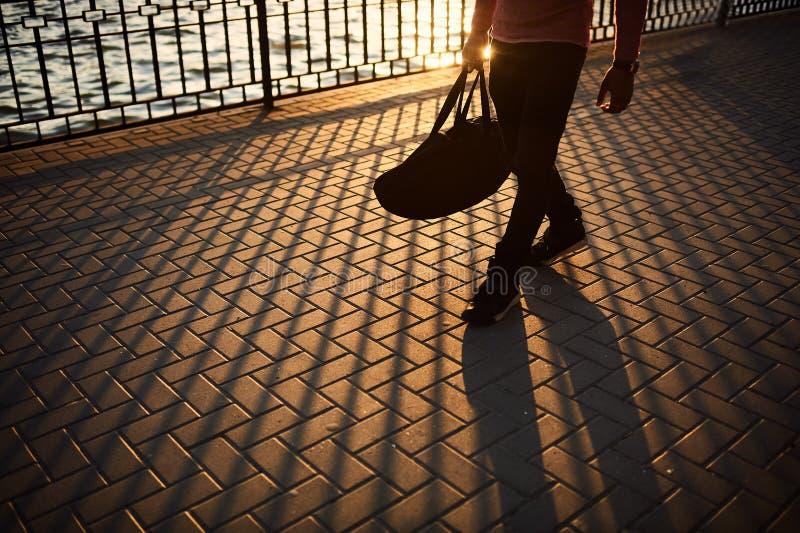 Sluit omhoog mannelijke benen lopend op zonsondergang royalty-vrije stock foto