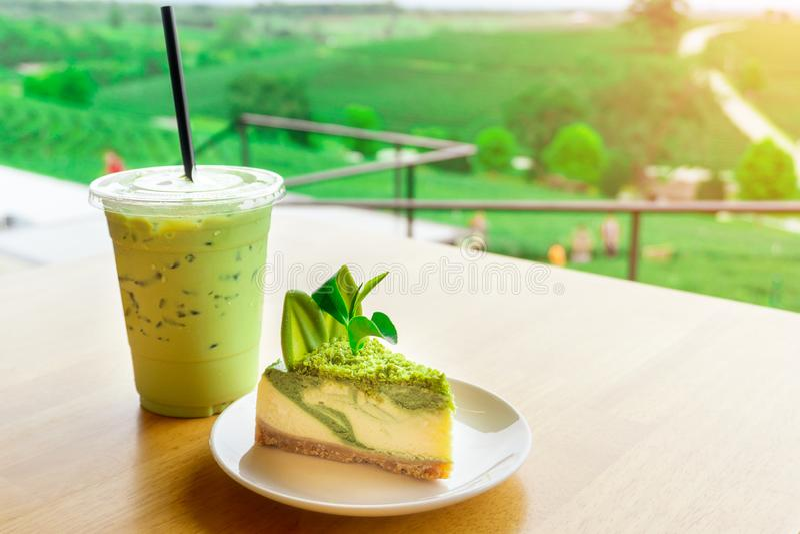 Sluit omhoog meeneem plastic kop van heerlijke bevroren groene thee of bevroren matcha en op de mooie achtergrond van de onduidel royalty-vrije stock foto
