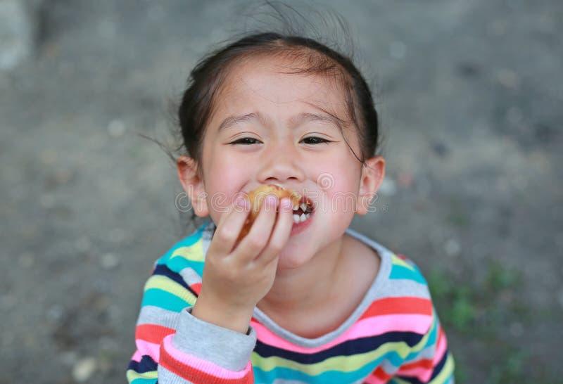 Sluit omhoog Meisje die worst eten door handen openlucht royalty-vrije stock foto