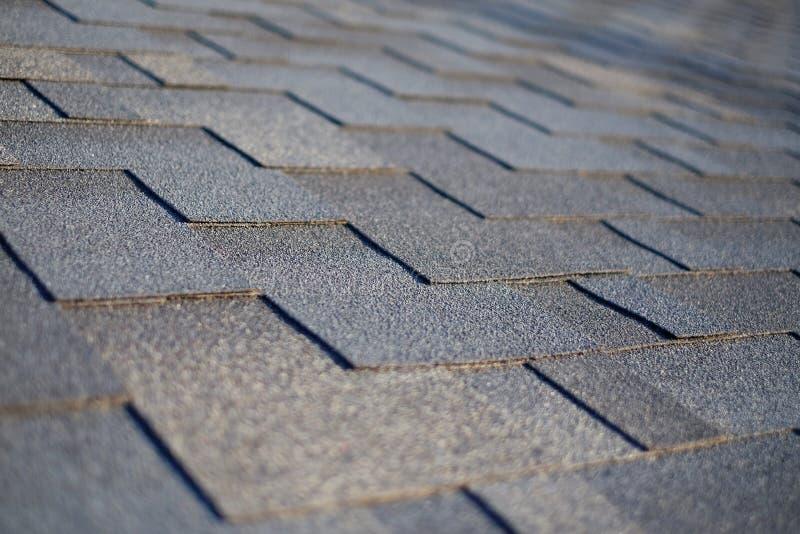 Sluit omhoog mening over Asphalt Roofing Shingles Background Dakdakspanen - Dakwerk stock afbeeldingen