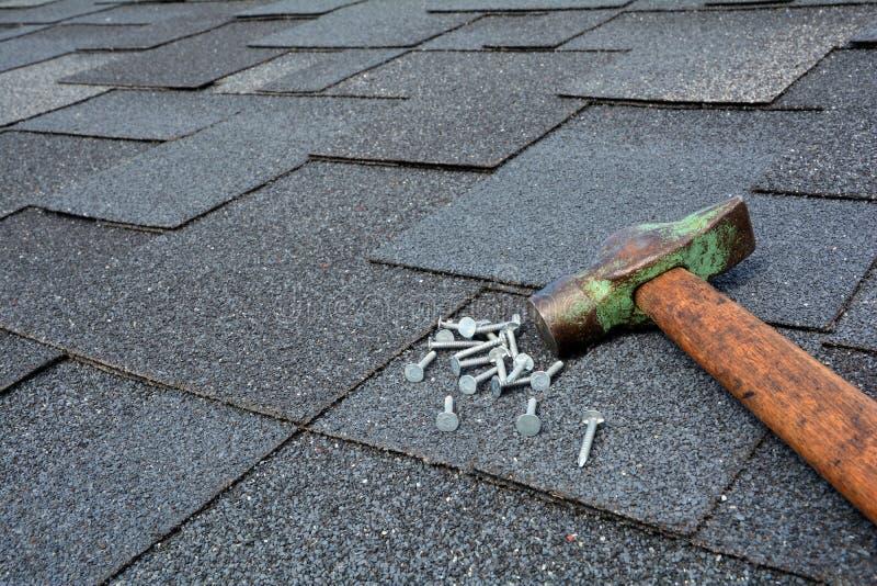 Sluit omhoog mening over Asphalt Roofing Shingles Background Dakdakspanen - Dakwerk Asphalt Roofing Shingles Hammer en Spijkers royalty-vrije stock foto