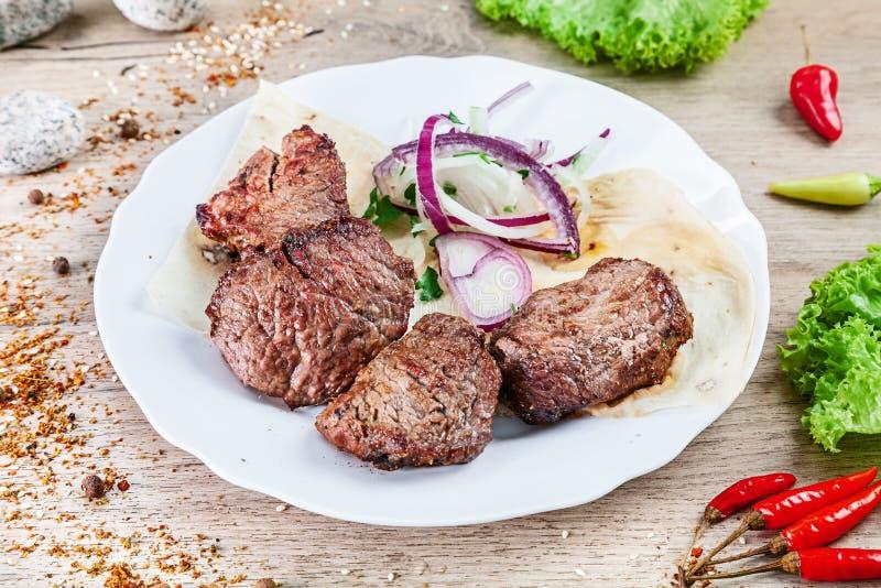 Sluit omhoog mening over gediend gekookt op het grillkalfsvlees shashlik of barbecuevlees op pitabroodje Kebab, traditionele Geor royalty-vrije stock foto's