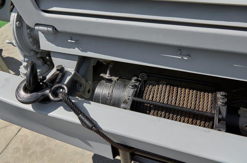 Sluit omhoog mening over nieuw elektrisch trekkend hijstoestel met haak van wegvrachtwagen Materiaal en componenten voor de autom stock foto's