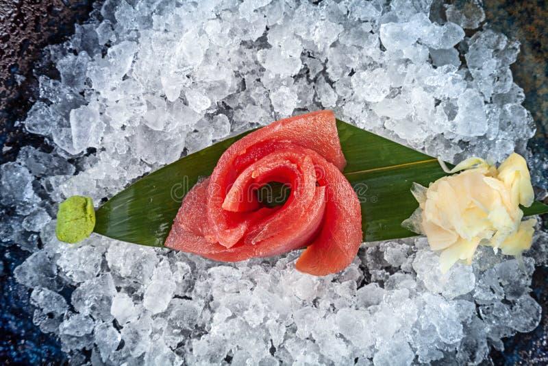 Sluit omhoog mening over sashimi van tonijn die op ijs wordt gediend Hoogste mening over traditioneel Japans voedsel De verse ton stock afbeelding