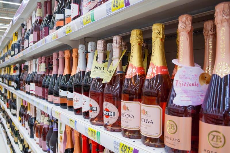 Sluit omhoog mening van alcoholische dranken stock foto's