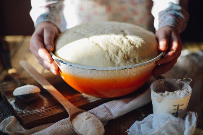 Sluit omhoog mening van bakker het kneden deeg Eigengemaakt brood Handen pre royalty-vrije stock foto's