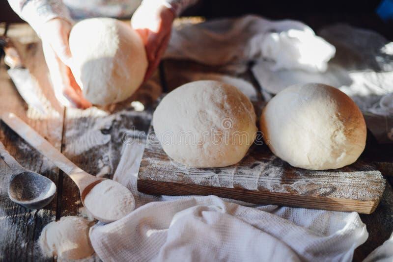 Sluit omhoog mening van bakker het kneden deeg Eigengemaakt brood Handen pre stock foto's