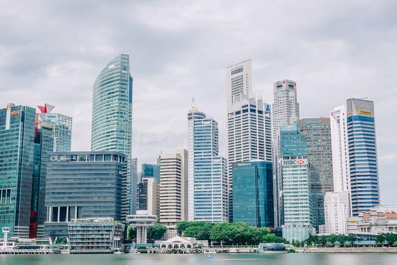 Sluit omhoog mening van van Bedrijfs Singapore financieel district bij jachthavenbaai stock afbeelding