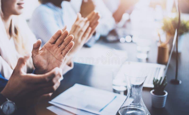 Sluit omhoog mening van bedrijfsseminarieluisteraars die handen slaan Professioneel onderwijs, het werkvergadering, presentatie o stock afbeelding