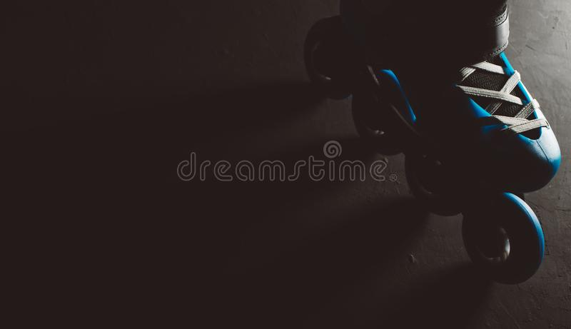 Sluit omhoog mening van blauwe rolschaatsen gealigneerde vleet of rollerblade over gekleurd dark grunge backgroung vector illustratie