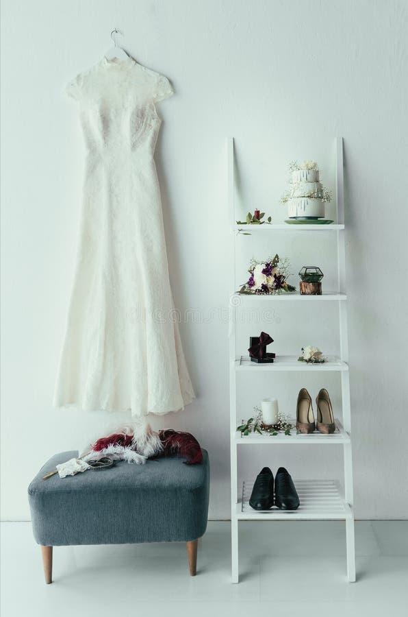 sluit omhoog mening van bruids en bruidegoms kleding en toebehoren voor rustiek huwelijk stock foto's
