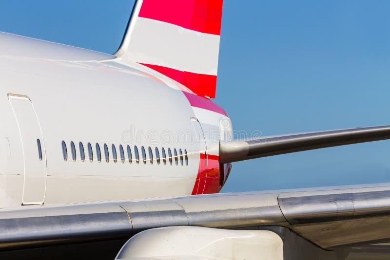 Sluit omhoog mening van cabinevensters boven de vleugel royalty-vrije stock afbeelding