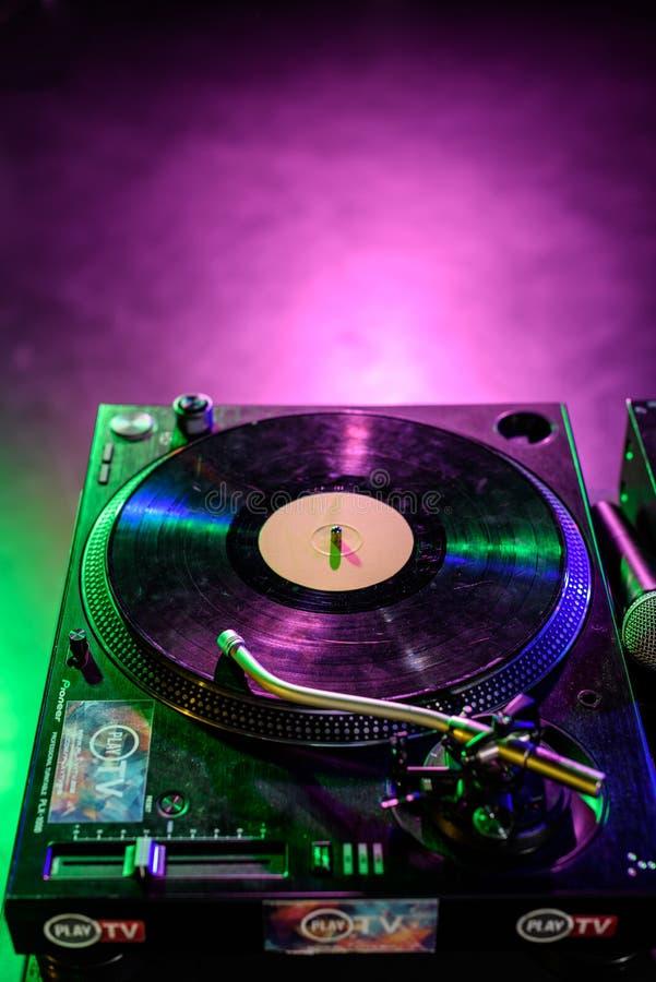 sluit omhoog mening van correcte mixer met vinyl stock foto