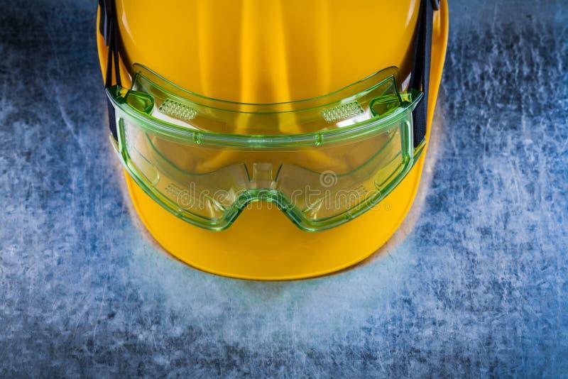 Sluit omhoog mening van de bouw van helm en transparante beschermende glas stock foto's