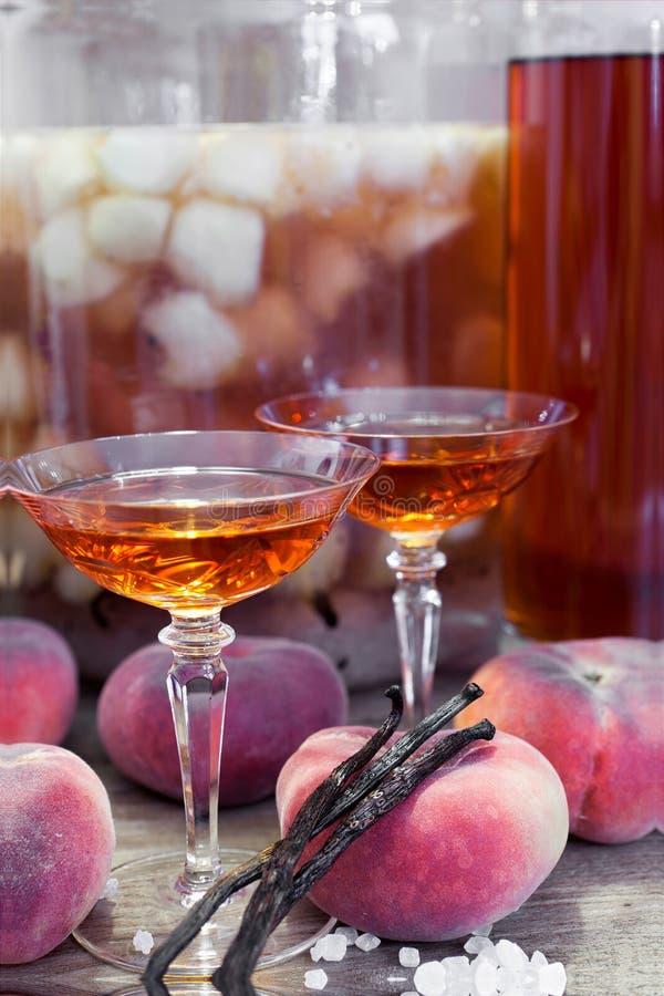 Sluit omhoog mening van de eigengemaakte wilde likeur van het perzikenfruit stock afbeeldingen