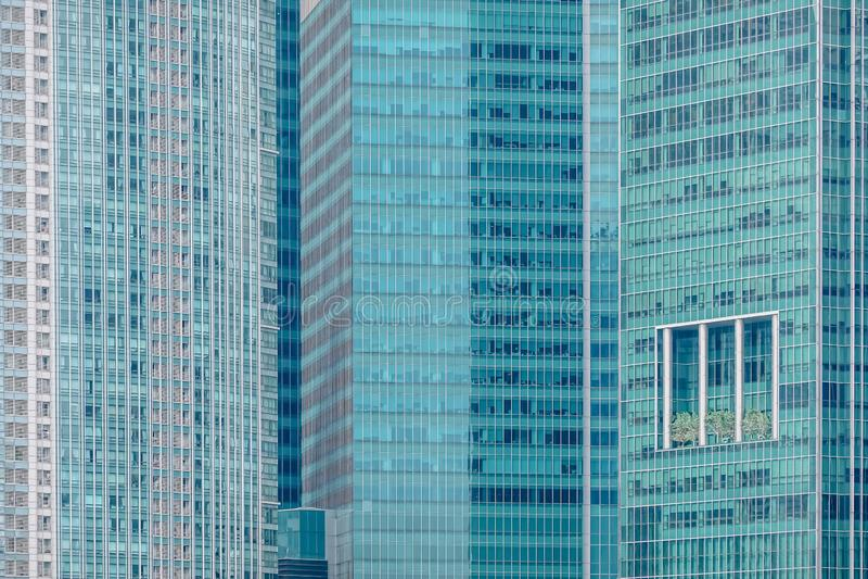 Sluit omhoog mening van de hoge moderne bureau en bedrijfsbouw in Singapore van de binnenstad stock foto's