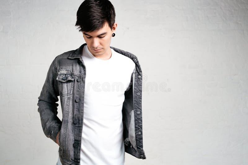 Sluit omhoog mening van de jonge mens die wit t-shirt en jasje dragen royalty-vrije stock foto