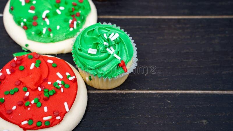 Sluit omhoog mening van de koekjes van de buttercreamsuiker en cupcakes bevroren voor de Kerstmisvakantie Zaal voor de ruimte van royalty-vrije stock fotografie