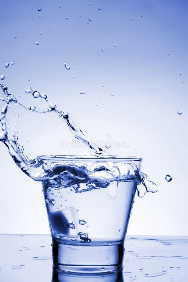 Sluit omhoog mening van de plons in water royalty-vrije stock afbeeldingen
