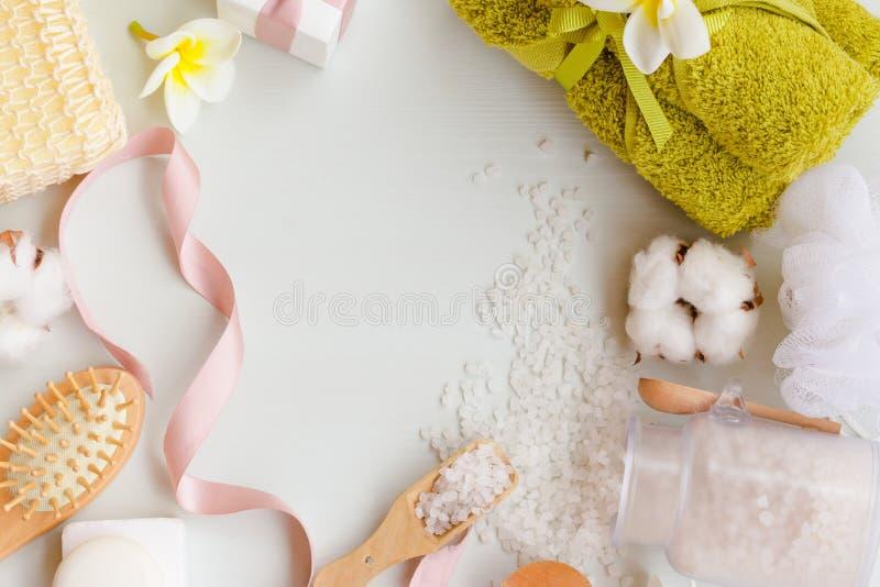 Sluit omhoog mening van de voorwerpen van het kuuroordthema op witte houten achtergrond stock afbeeldingen