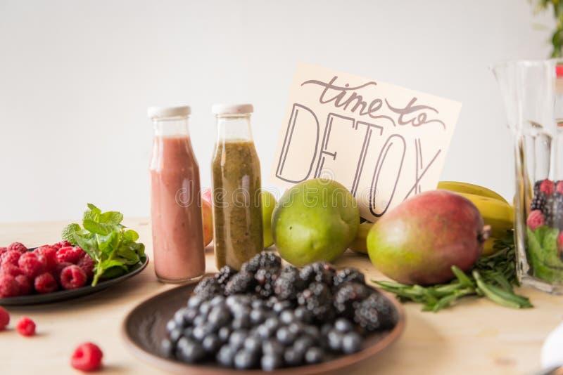 sluit omhoog mening van detoxdranken, tijd aan detoxkaart en natuurvoeding stock illustratie