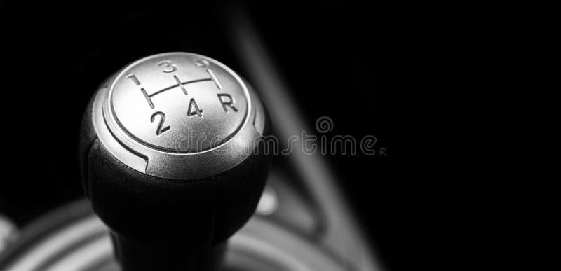 Sluit omhoog mening van een handdieverschuiving van de toestelhefboom op zwarte achtergrond wordt ge?soleerd Hand Versnellingsbak royalty-vrije stock afbeelding