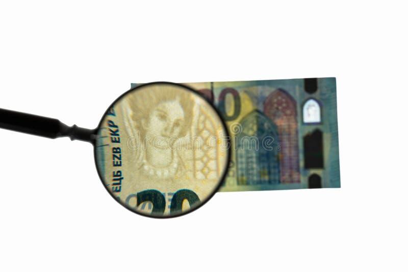 Sluit omhoog mening van euro rekening twintig onder het vergrootglas De achtergrond van het Finansseconcept