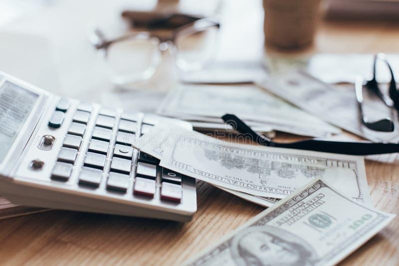 sluit omhoog mening van geld en calculator het liggen royalty-vrije stock afbeelding