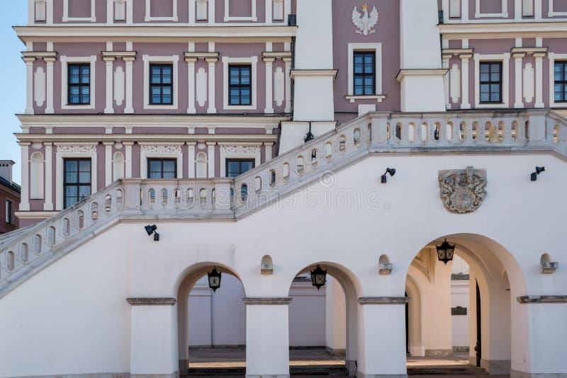 Sluit omhoog mening van het Stadhuis, de bogen en de stappen in het historische Grote Marktvierkant in Zamosc Polen royalty-vrije stock fotografie