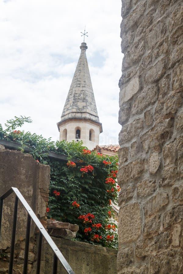 sluit omhoog mening van Kerk van Heilige John en een fragment van de muur royalty-vrije stock afbeelding